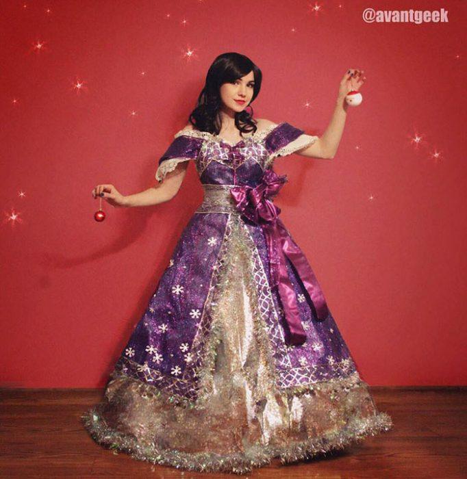 Chica que crea vestidos con materiales reciclados