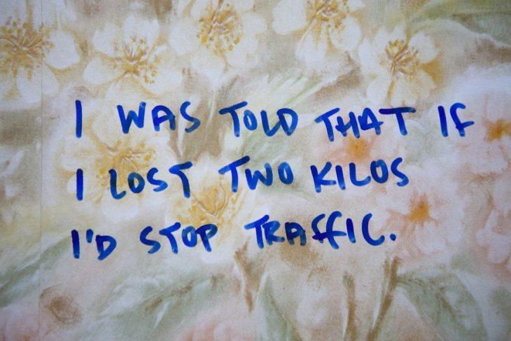Personas compartiendo las historias de cuando fueron abusadas, juzgadas o criticadas en el muro de los avergonzados