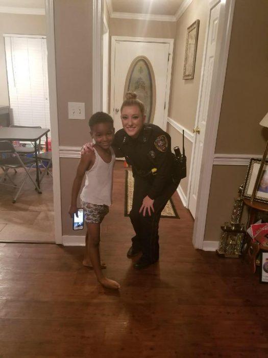 chica con uniforme de policia
