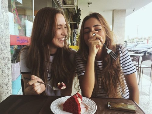 chicas comiendo pastel