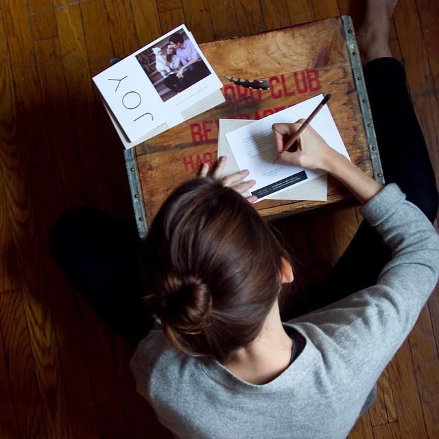 chica escribiendo una carta