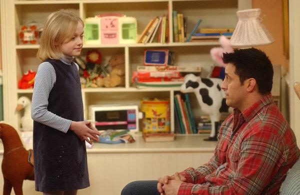 niña hablando con un adulto
