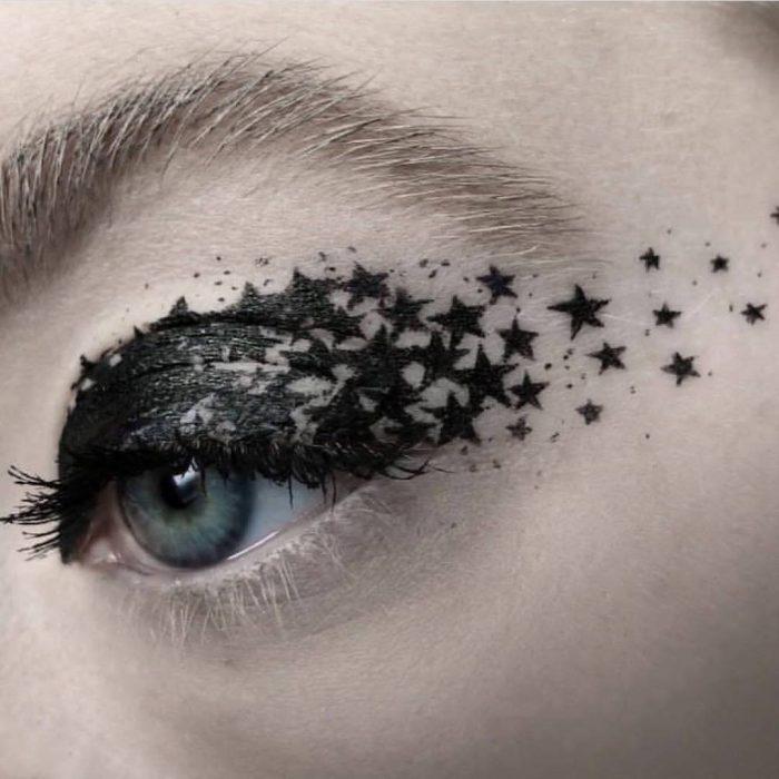 Delineado negro con un poco de estrellas y gliter