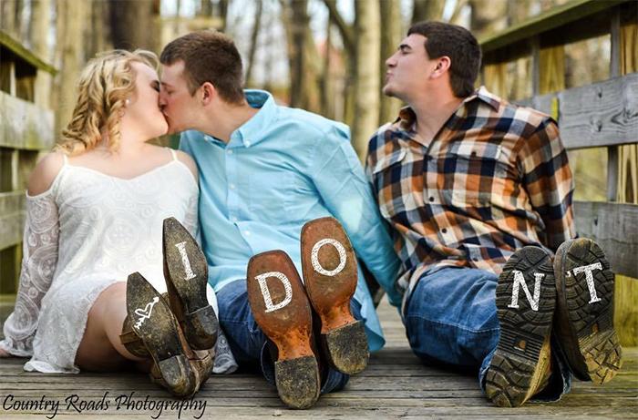 chico molesto porque se casa su amigo