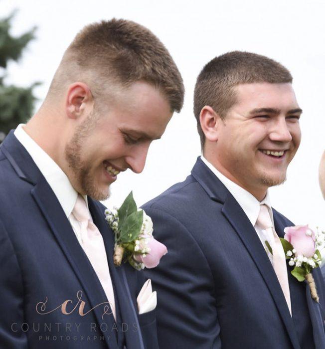 hombres sonriendo