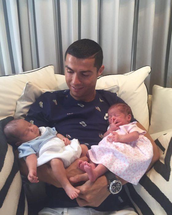 chico cargando bebés