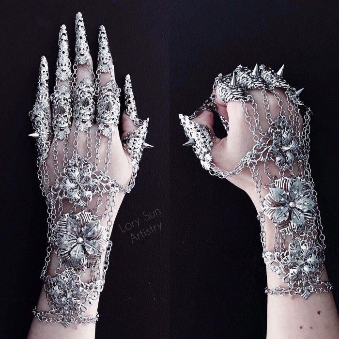Chica que crea guantes hechos de metal
