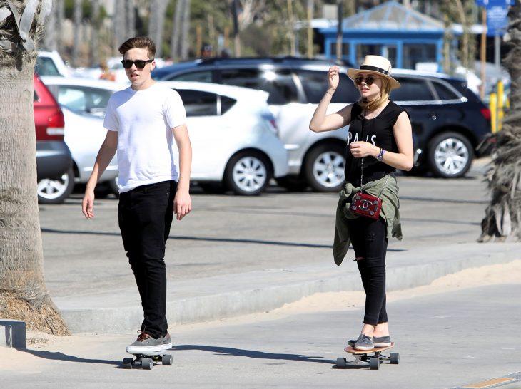 pareja de amigos paseando en patineta