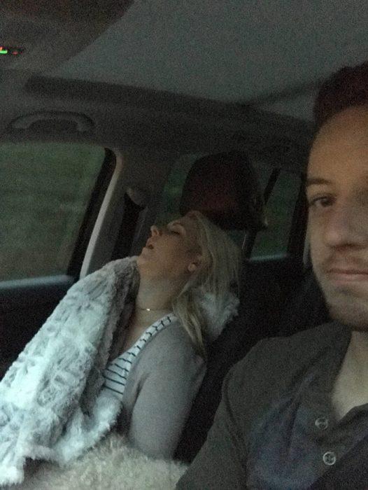 Mujer que en cualquier viaje en carretera cae perdidamente dormida