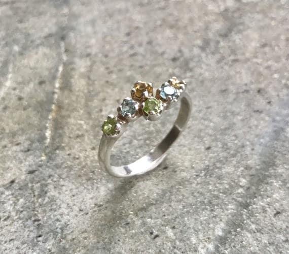 anillo con muchas piedras