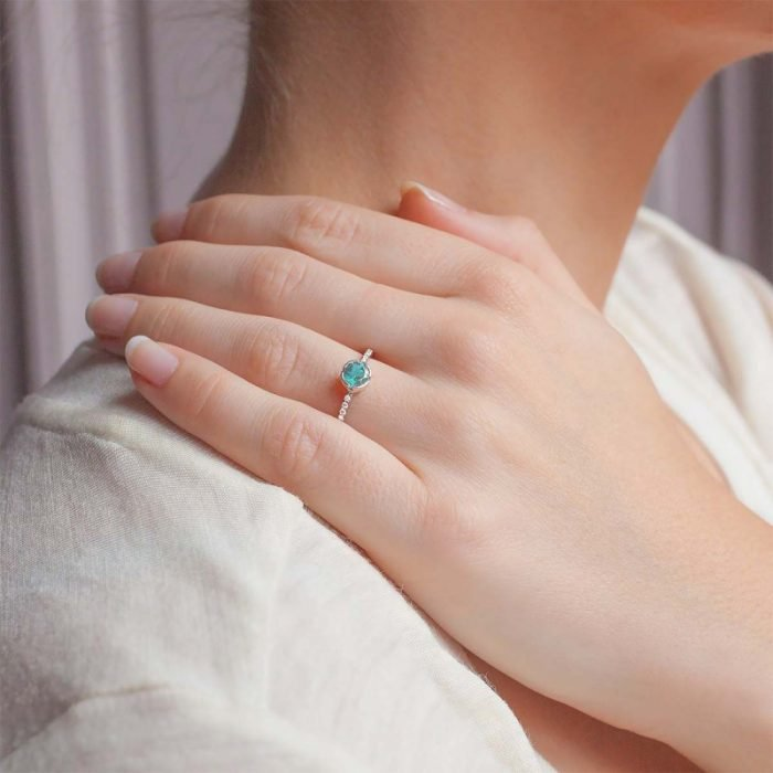 chica usando anillo
