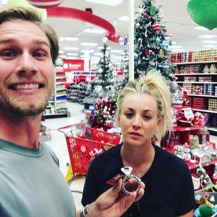 Kaley Cuoco y su novio haciendo compras de navidad