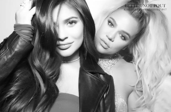 Kylie Jenner posando junto a su hermana Khloe Kardashian