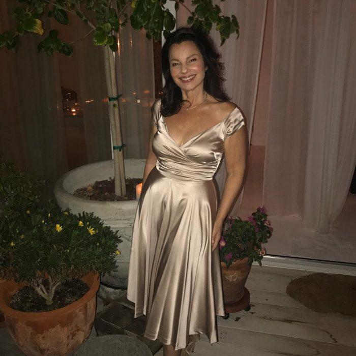 chica con vestido dorado a mitad de patio