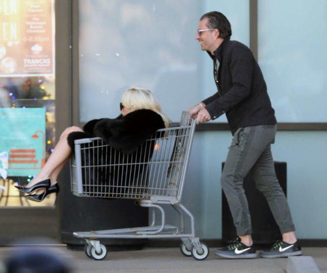 Lady Gaga de compras en un supermercado