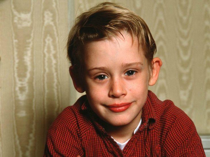 chico Feliz usando sueter rojo