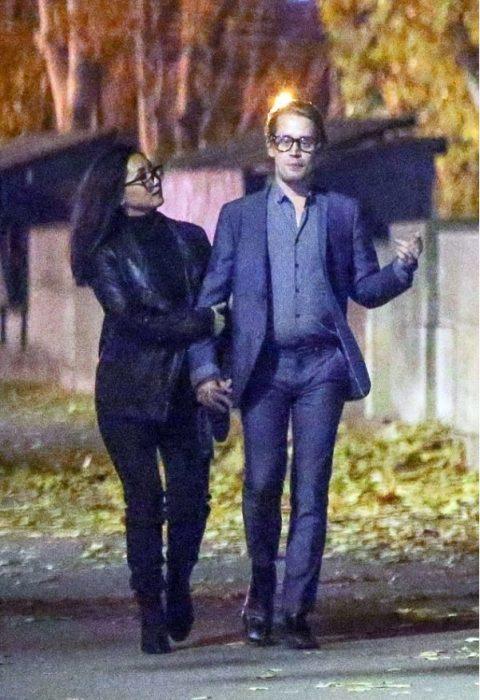 pareja de novios paseando por las calles