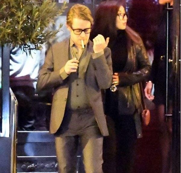 chico co traje sastre fumando