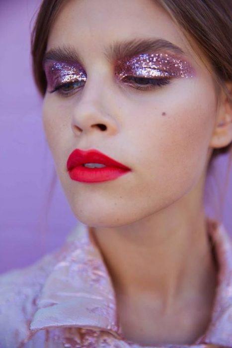 chica con labial rojo
