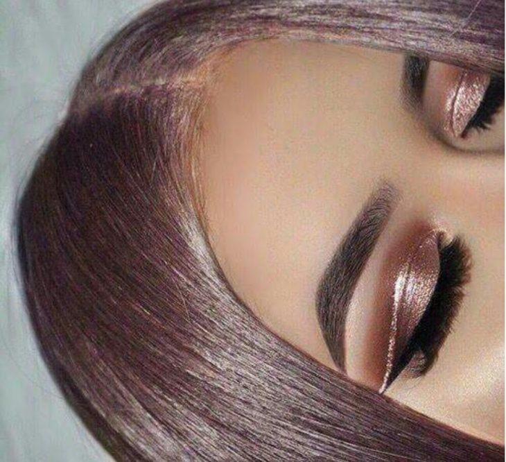 chica con sombra rosa
