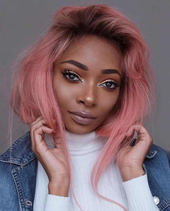 chica con cabello rosa