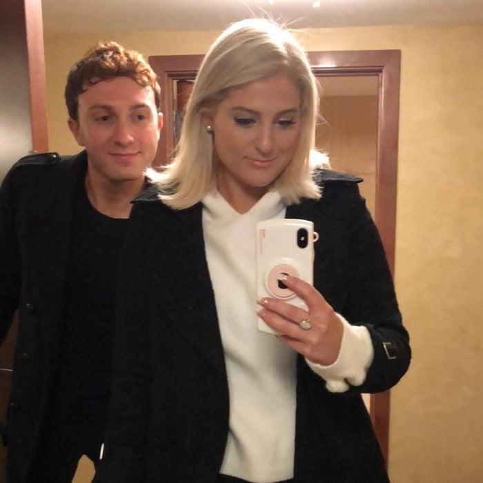 pareja de novios frente al espejo