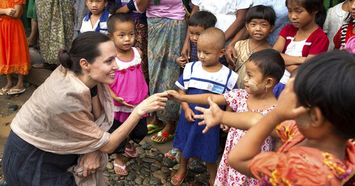 Angelina jolie visitando a los niños de camboya