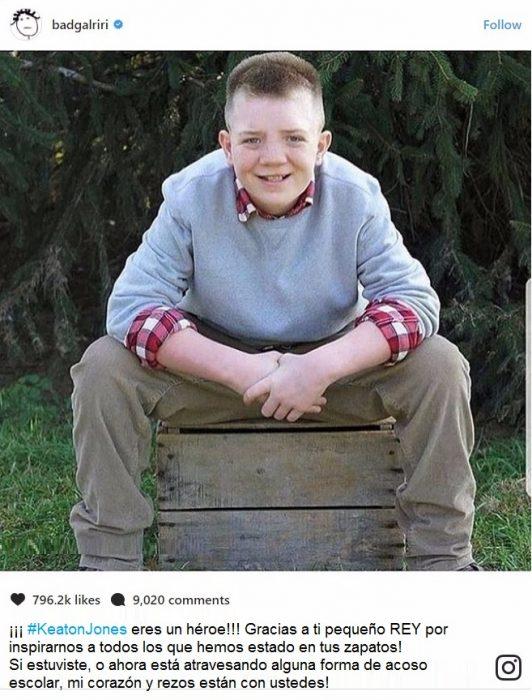 niño sentado en una caja