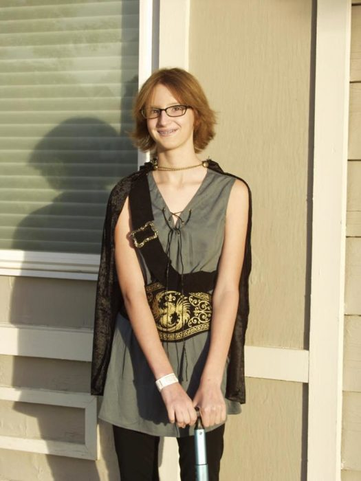 Bella Herndon, chica pelirroja con vestido verde sonriendo