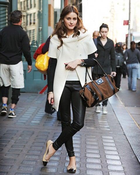 Chica usando unos pantalones de cuero y flats bicolor