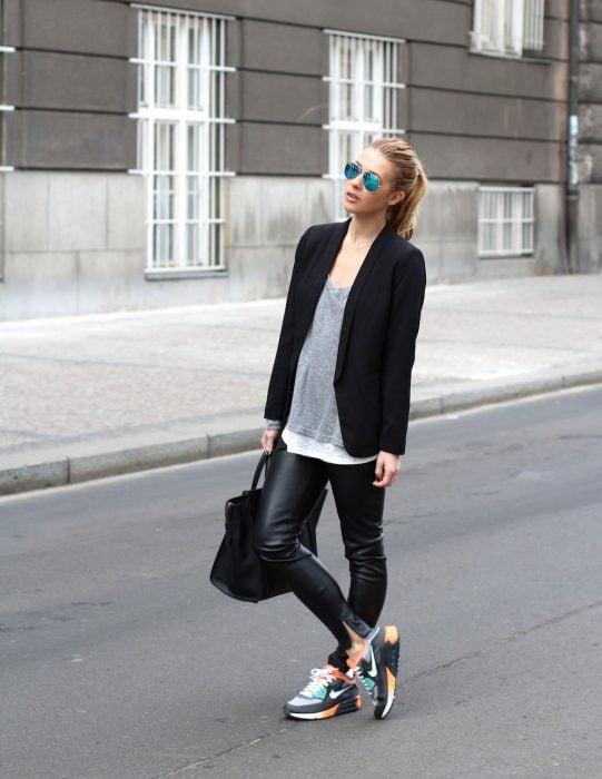 Chica usando unos pantalones de cuero y tenis