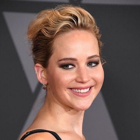 Jennifer Lawrence usando el cabello hacia atrás