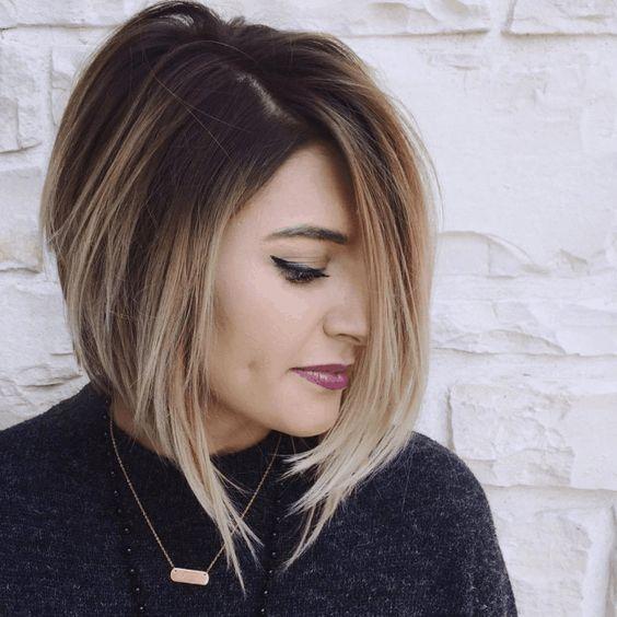 Chica usando un corte de cabello asimétrico