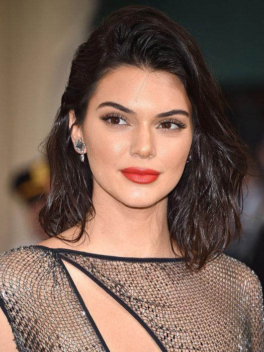 Kendall Jenner usando unas ondas de mar