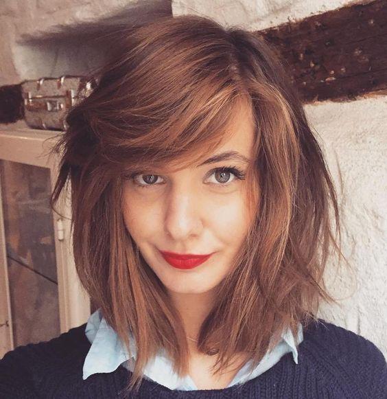 Chica usando un cabello messy lob