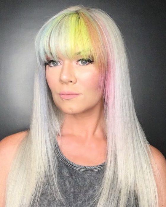 Chica con el flequillo con colores de arcoíris