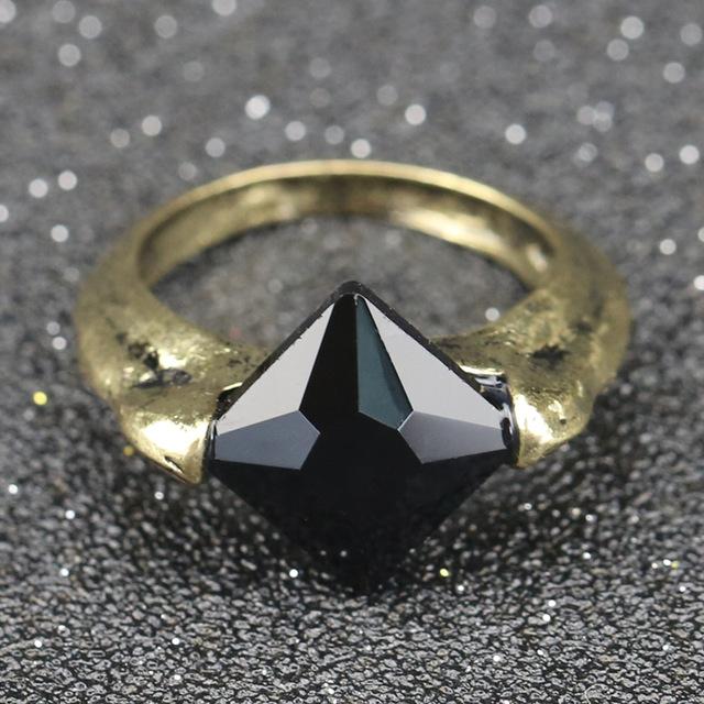 anillo con piedra oscura