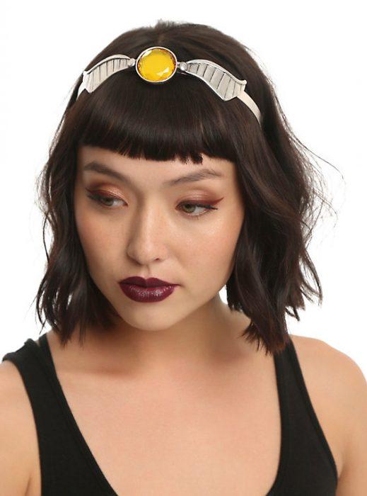 chica modelando una cintilla para el cabello