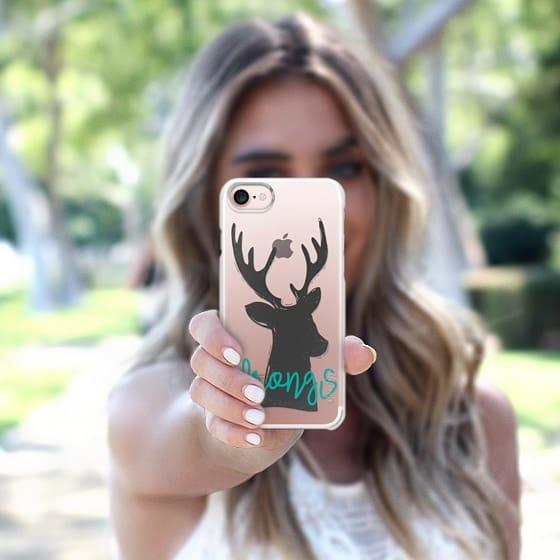 chica con celular en mano