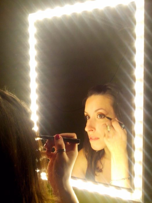 chica frente al espejo