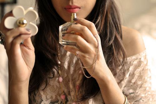 chica oliendo un perfume