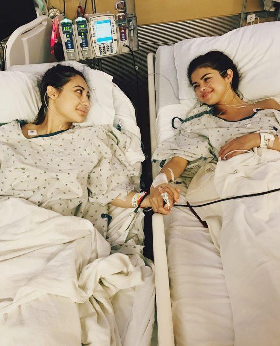 Selena Gomez recostada junto a su amiga Francia en una cama de hospital después de un trasplante de riñón
