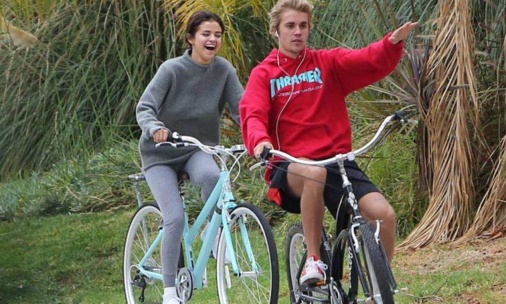 pareja de novios paseando en bicicleta