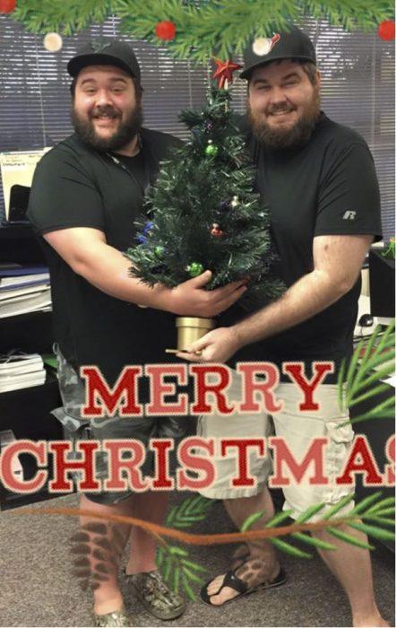 hombres cargando un pino