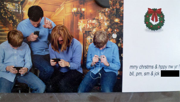 personas mirando su celular