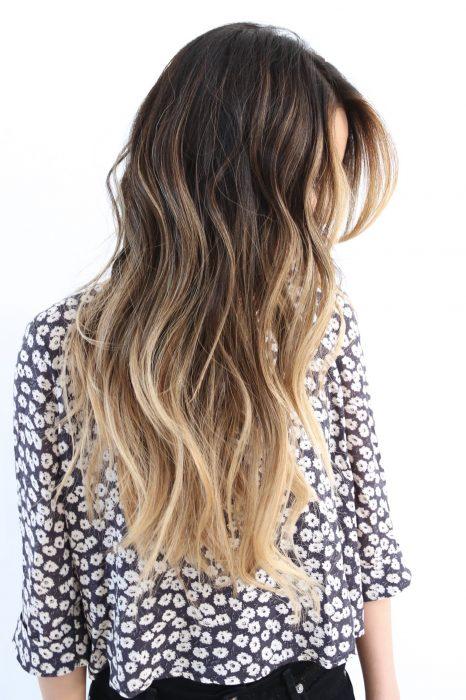 chica con cabello ultra largo