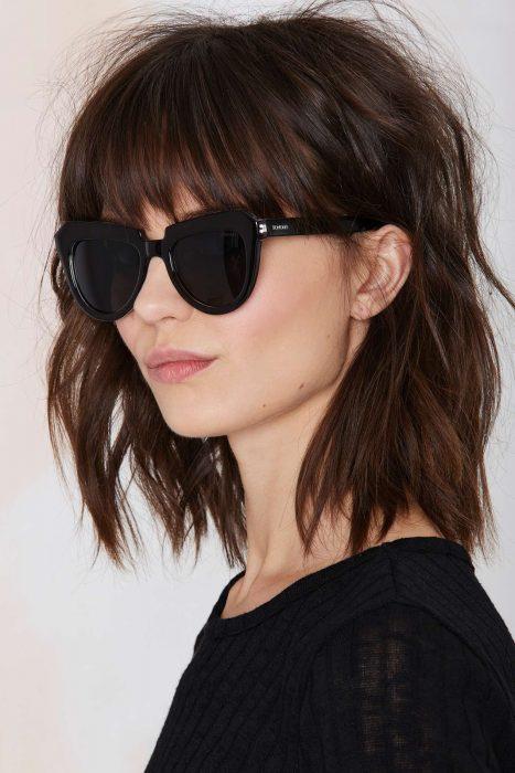 chica usando gafas