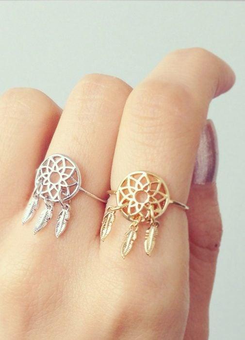 Chica usando anillos en el dedo medio e indice