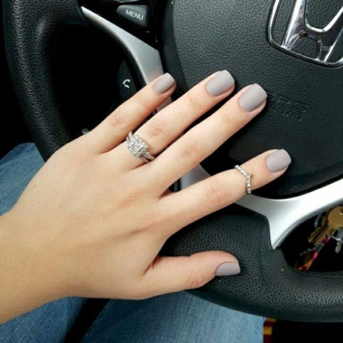 Chica con dedos cortos usando un anillo