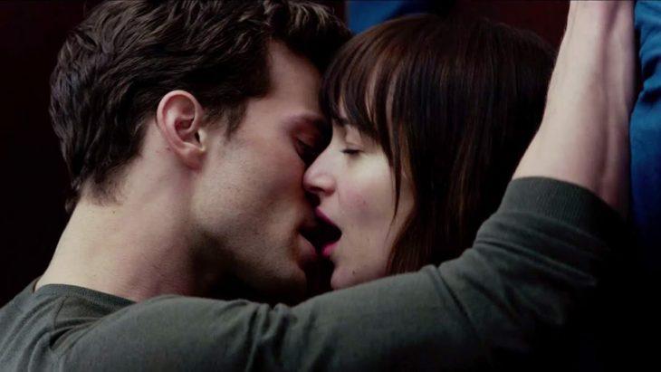 novios besándose